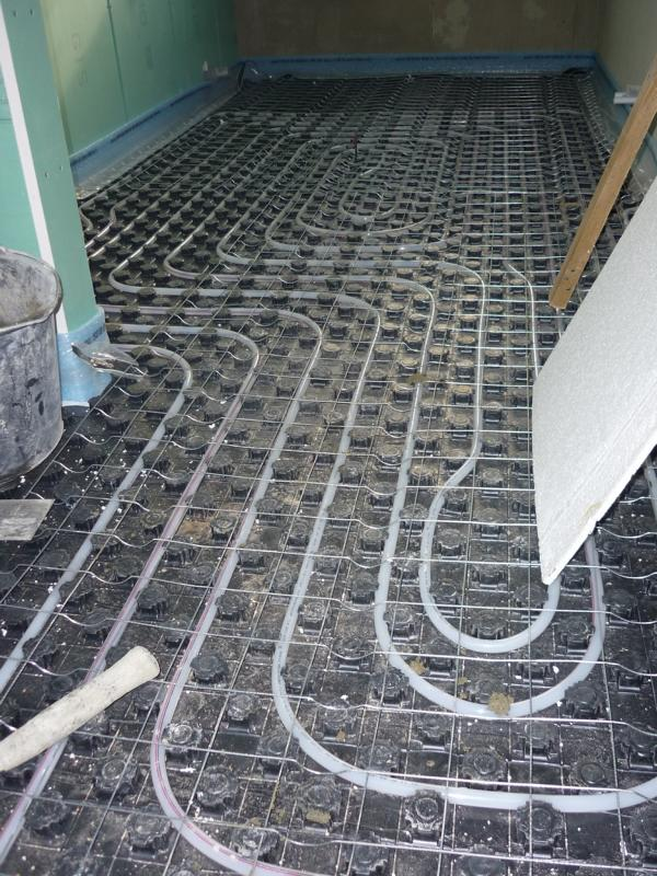 Testing the effect of a reinforcing steel mesh in a screed