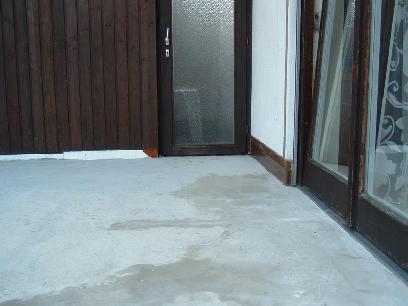 Expert's opinion on jolting tiles in a lorry garage