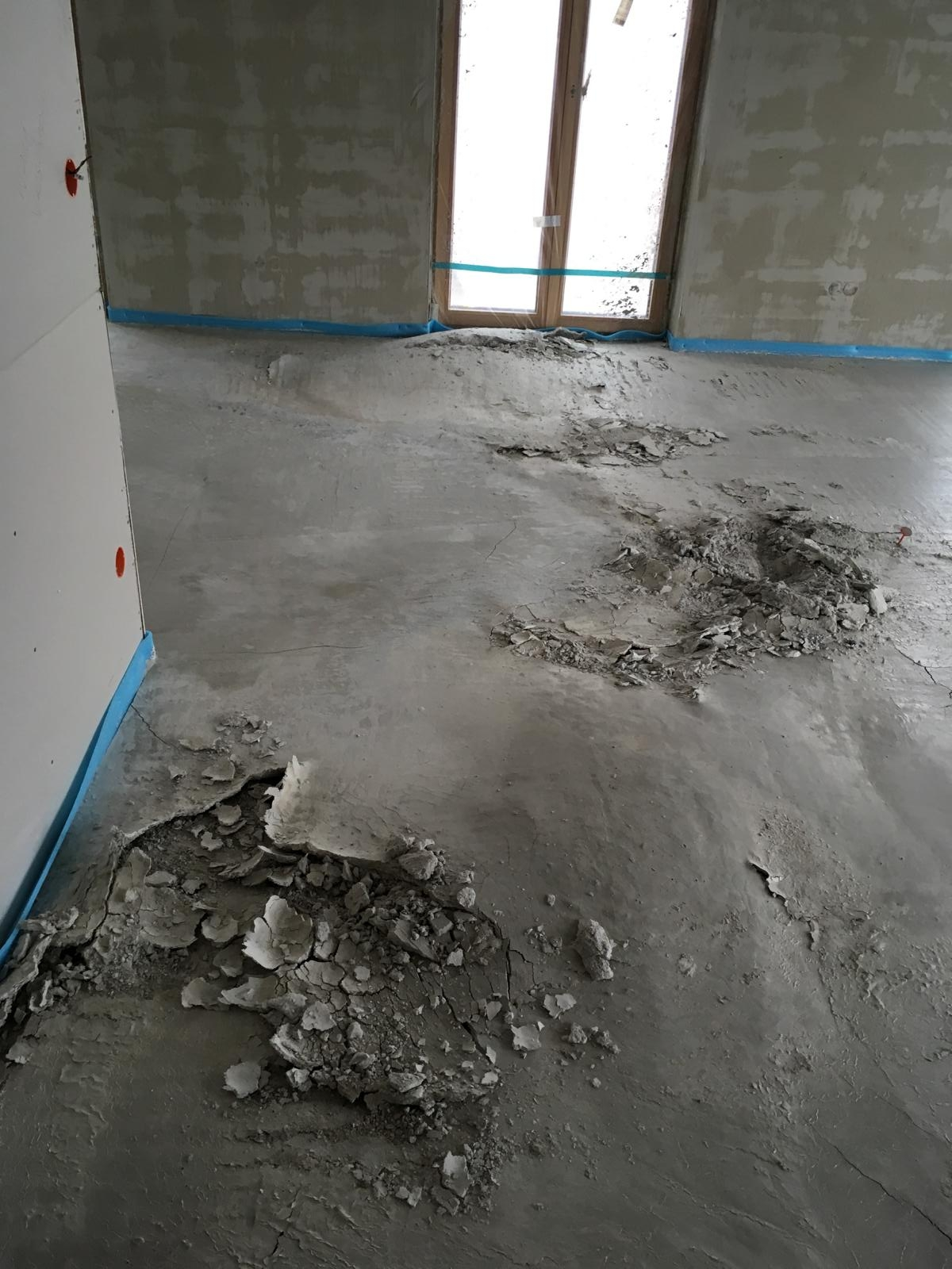 Screed damaged by expansion due to secondary ettringite formation